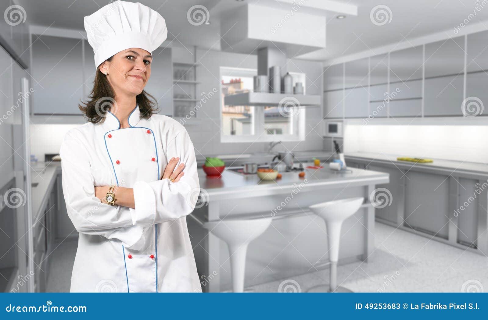 Cuisinier féminin dans la cuisine