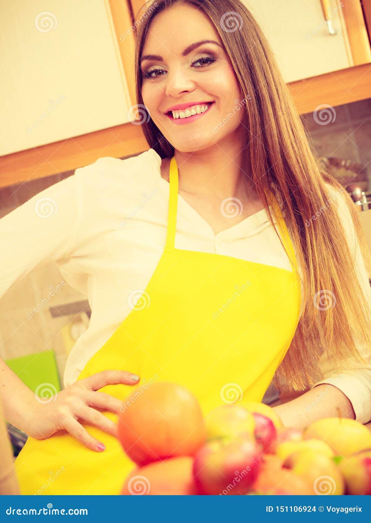 Cuisinier f?minin travaillant dans la cuisine