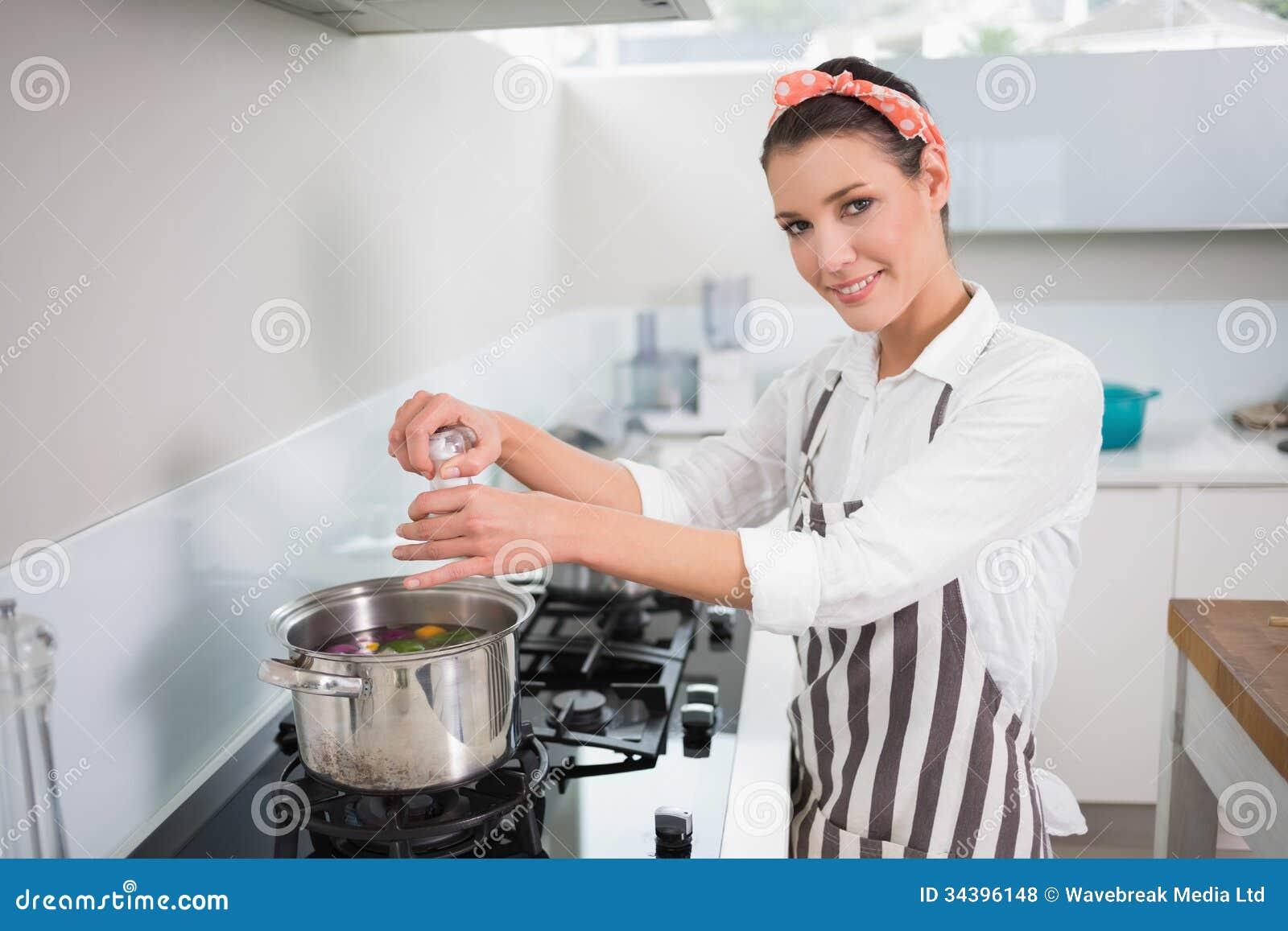 cuisinier magnifique de sourire mettant le sel sur des