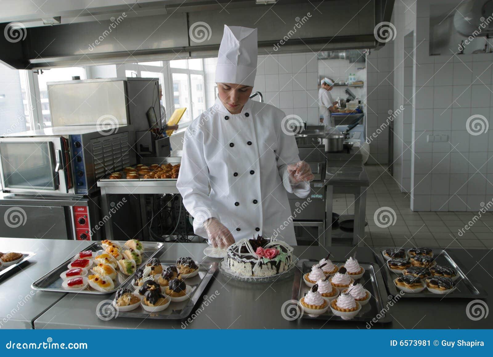 Cuisinier sur la cuisine
