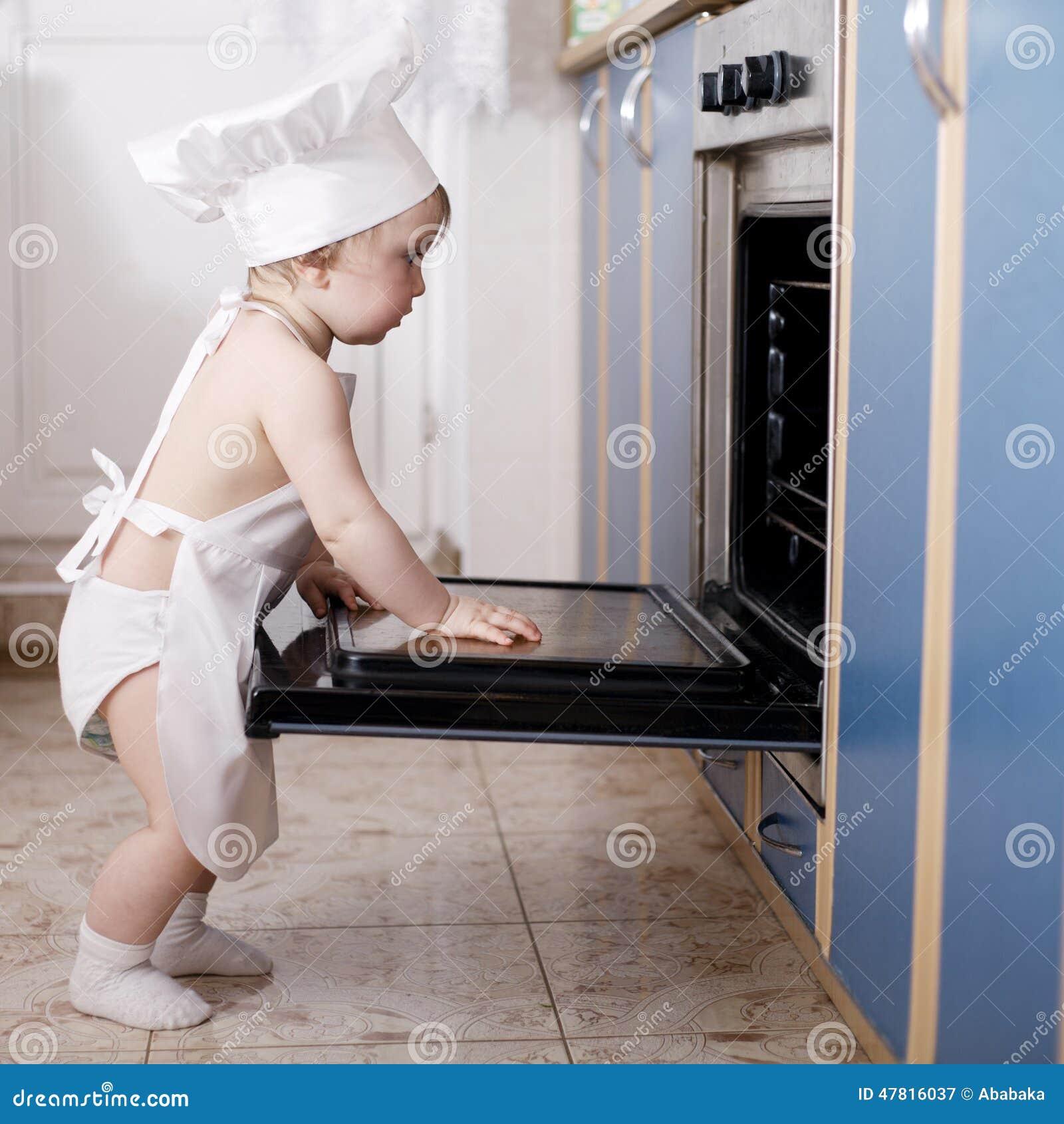 Cuisiniers de chef de bébé dans la nourriture de four