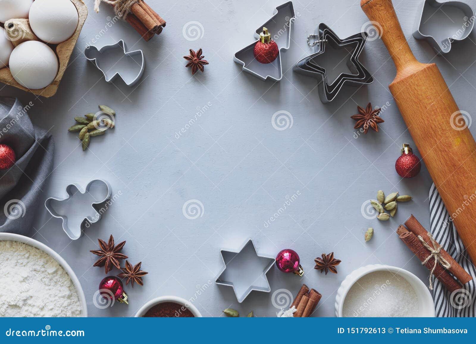 Cuisson des biscuits de No?l Ingr?dients pour la p?te de pain d ?pice : farine, oeufs, sucre, cacao, b?tons de cannelle, ?toiles