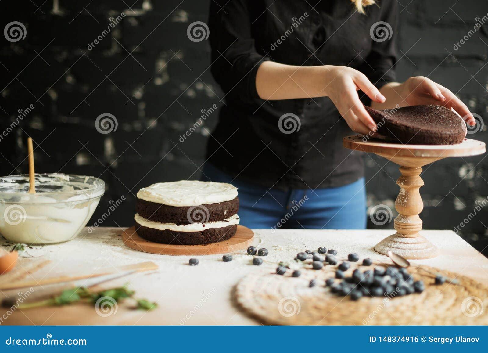 Cuisson du g?teau sur la table et cuisson des ingr?dients de g?teau
