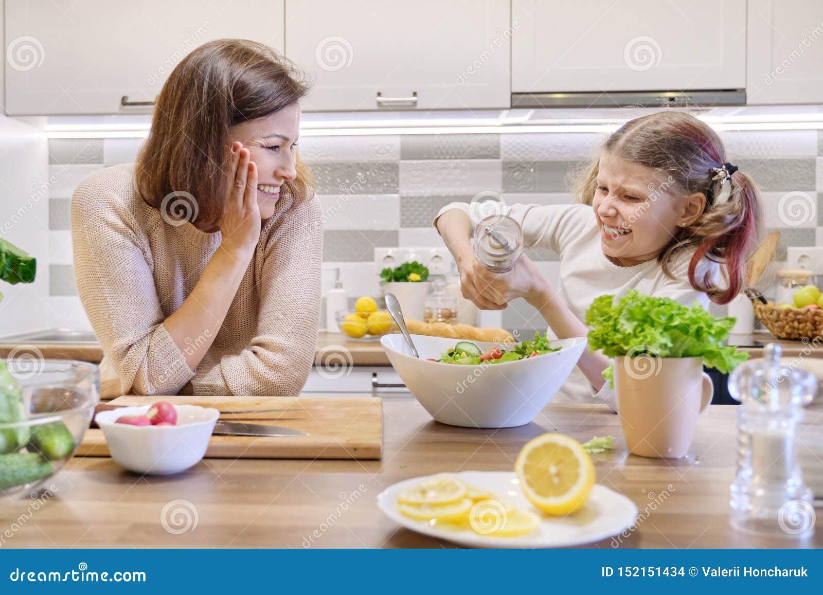 Cuisson du repas ? la maison sain par la famille Les sels de fille ont fraîchement fait cuire la salade, la mère recherche et se