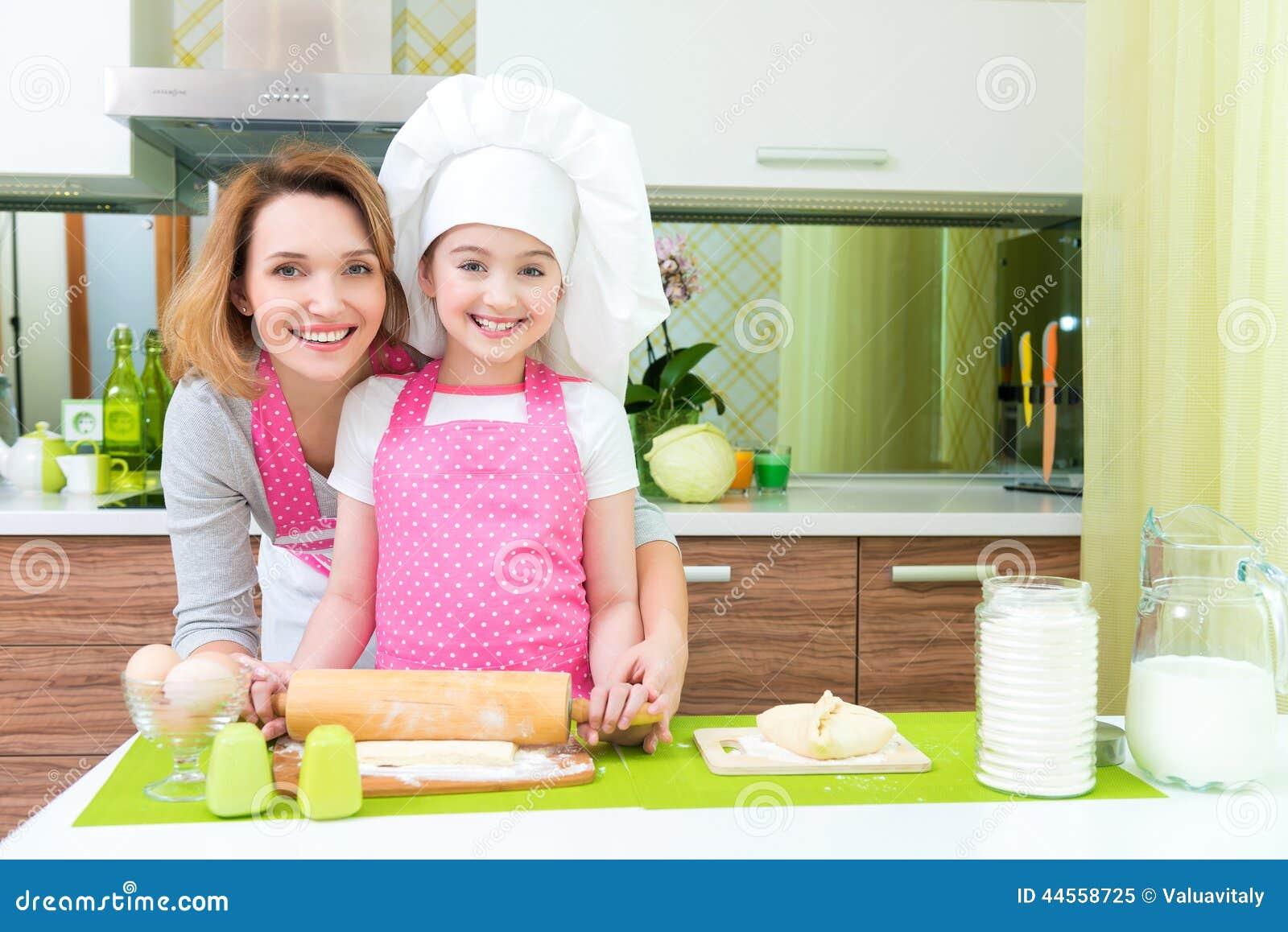 Cuisson heureuse attrayante de mère et de fille
