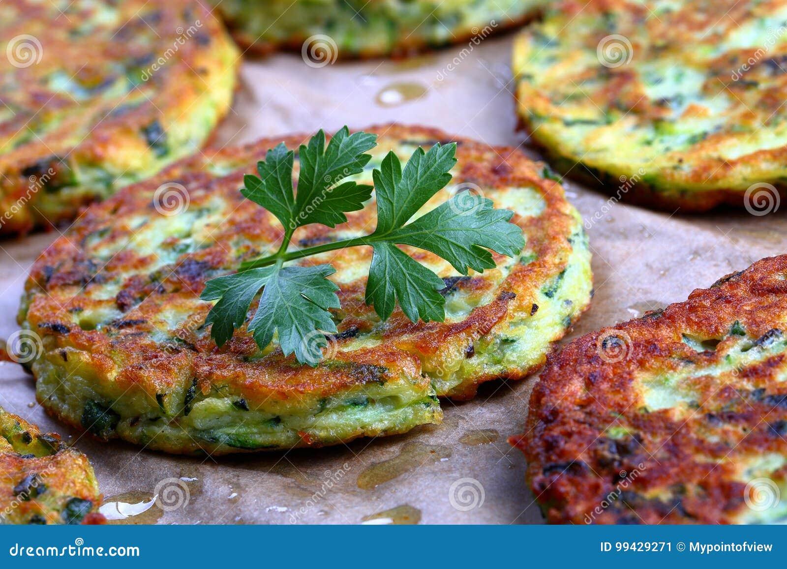 Beignet De Brocolis Au Four cuit au four en beignets de courgette de four, plan