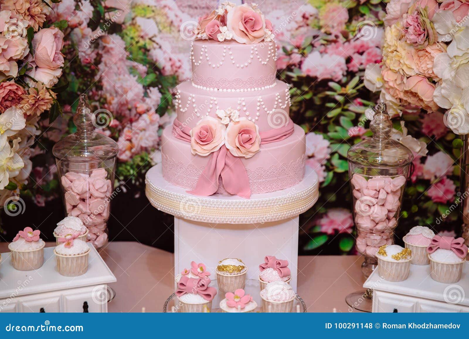 Cukierku bar i ślubny tort Stół z cukierkami, bufet z babeczkami, cukierki, deser