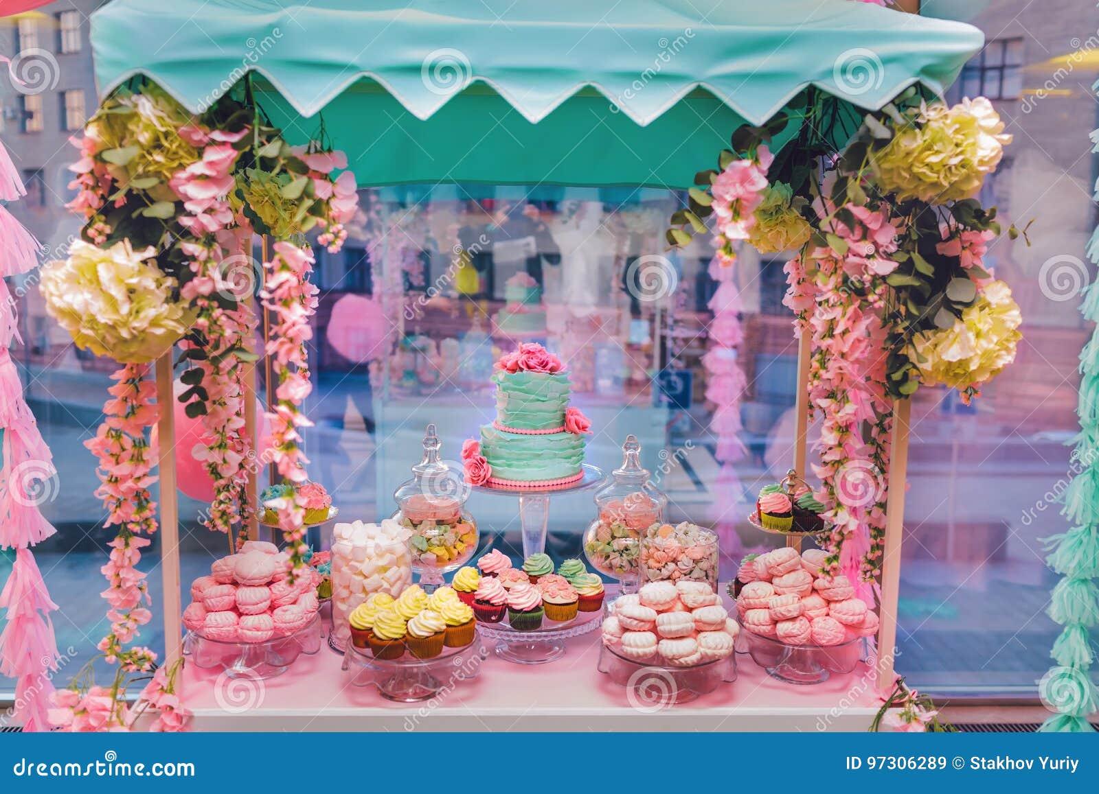 Cukierku bar Wyśmienicie słodki bufet z babeczkami i ślubnym tortem Słodki wakacyjny bufet z marshmallows i inny