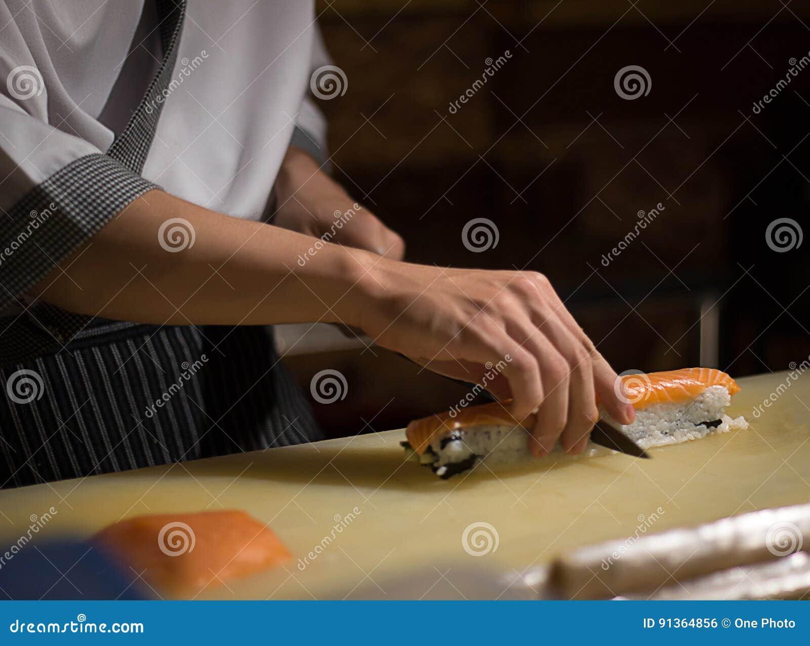 Culinária de Japanese do cozinheiro chefe na cozinha do hotel ou do restaurante que cozinha, sobre