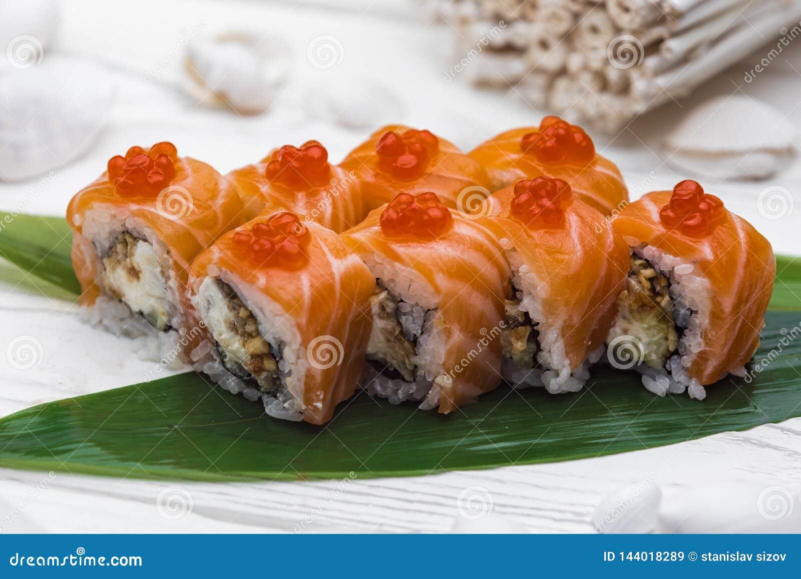 Culinária japonesa O sushi rolou em um salmão fresco