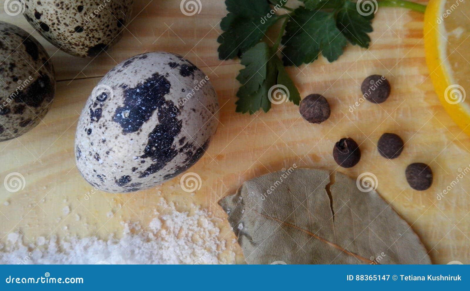Culinária saudável: ovos, verdes, especiarias, salsa, limão, pimentão, folha de louro, sal Vista de acima Fundo naughty