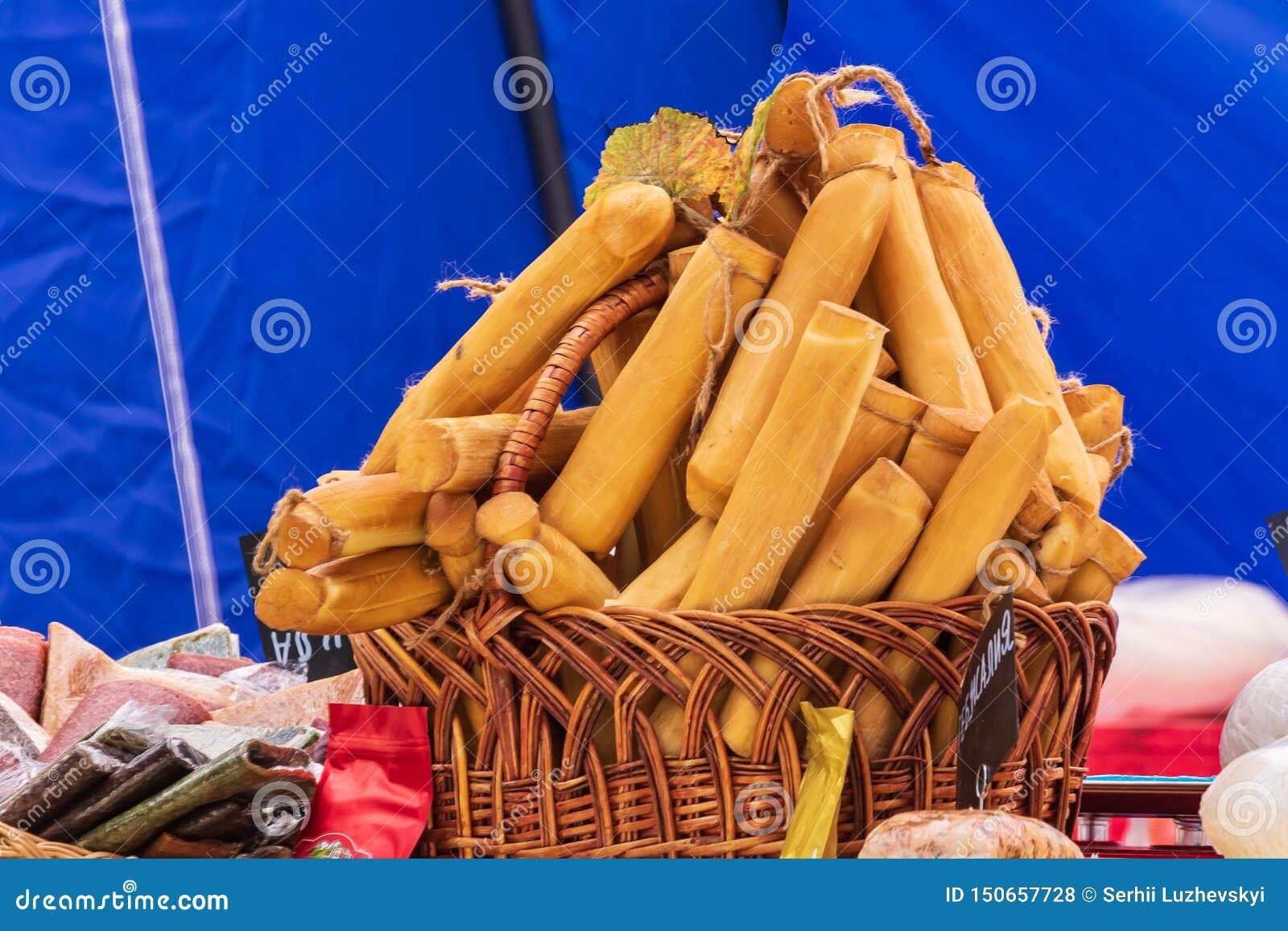 Culinair buffet met een presentatie van een verscheidenheid van gezonde schotels - kazen, worsten Mand met gerookte kaasstokken