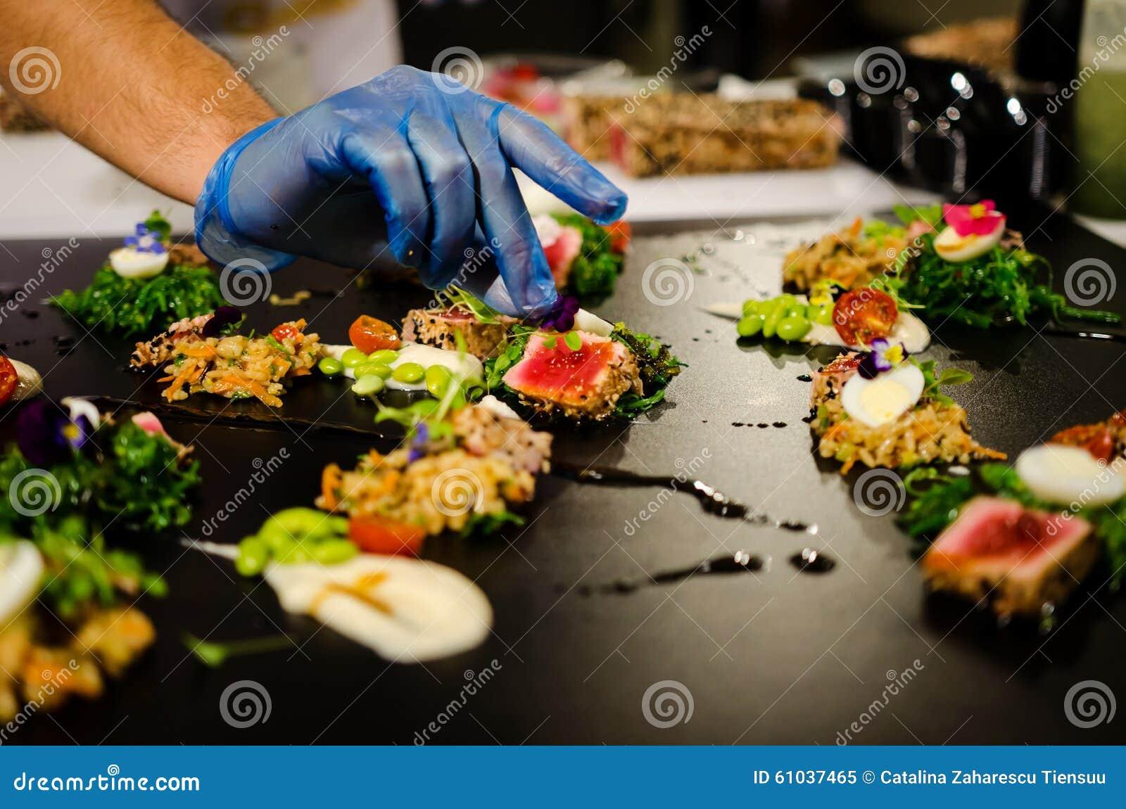 Culinaire show die verscheidene schotels voorbereiden