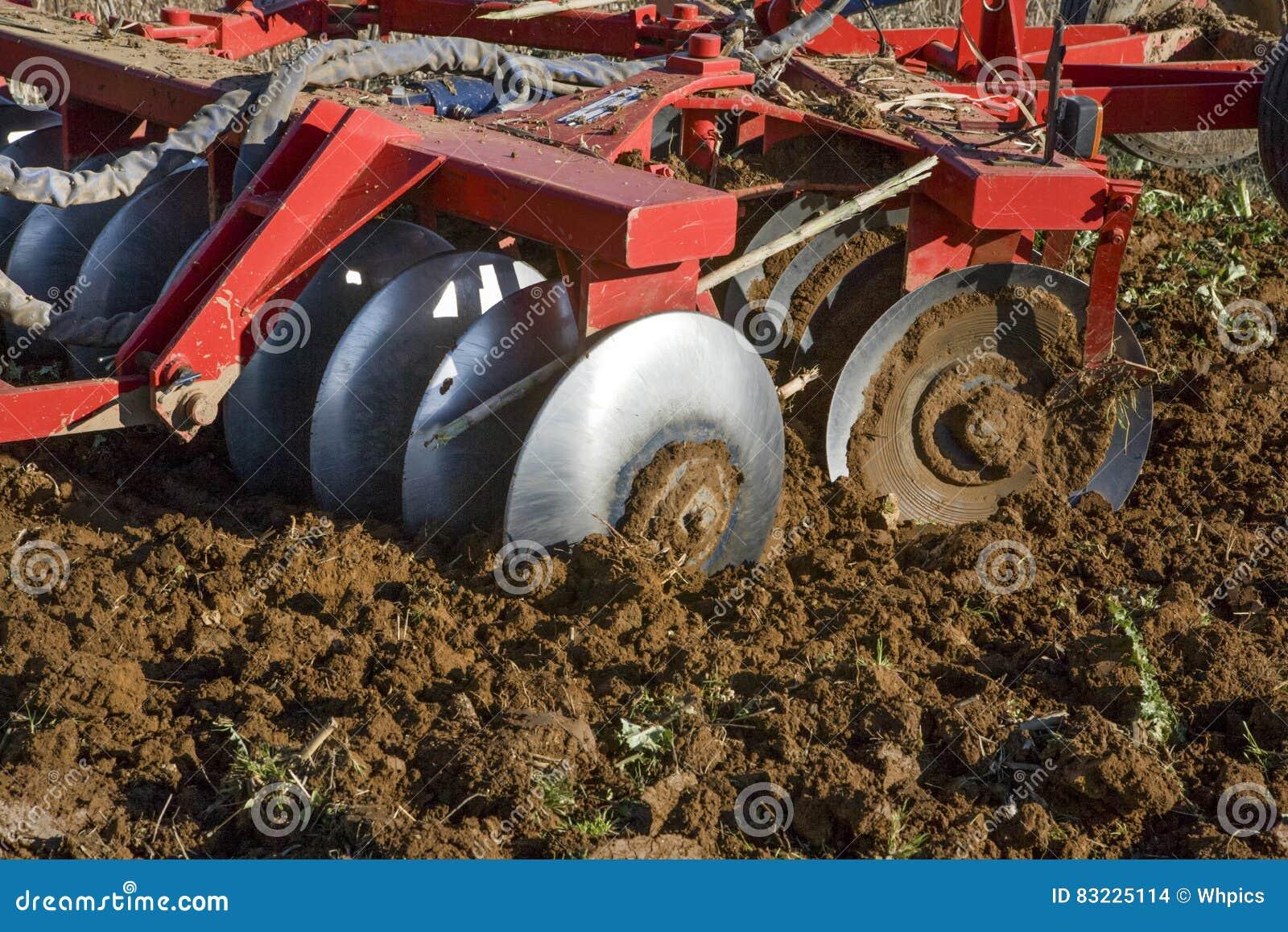 Cultivando discos Trator de exploração agrícola que prepara o solo
