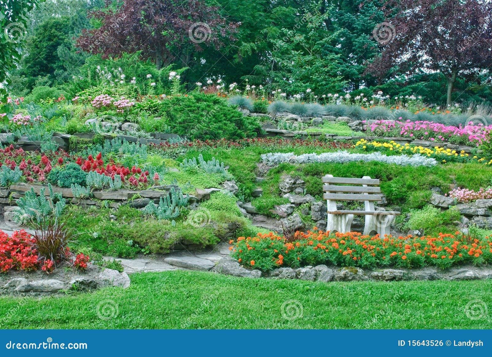 Cultive un huerto con los macizos de flores plantas en un for Plantas ornamentales para parques
