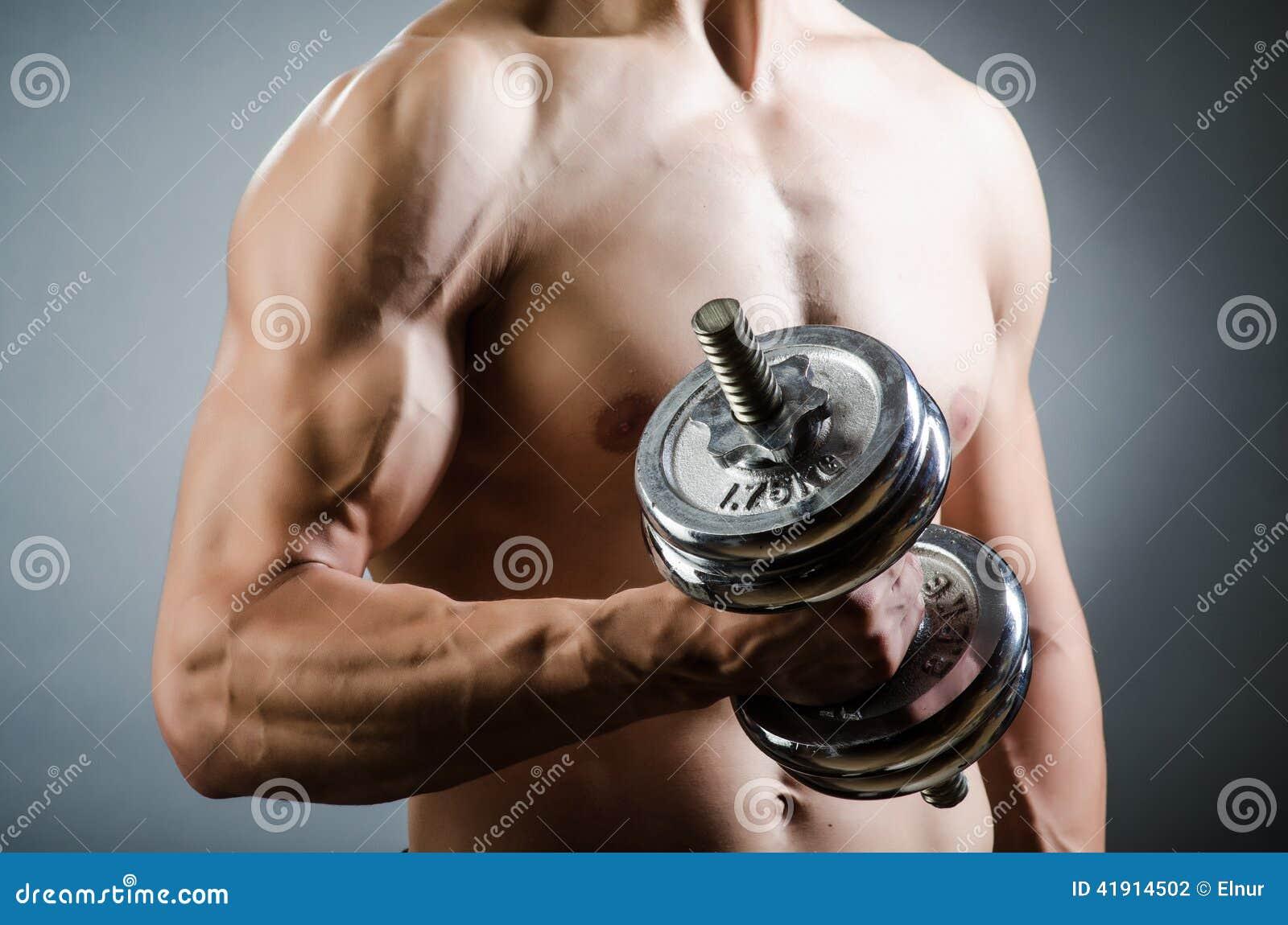 Culturista rasgado muscular