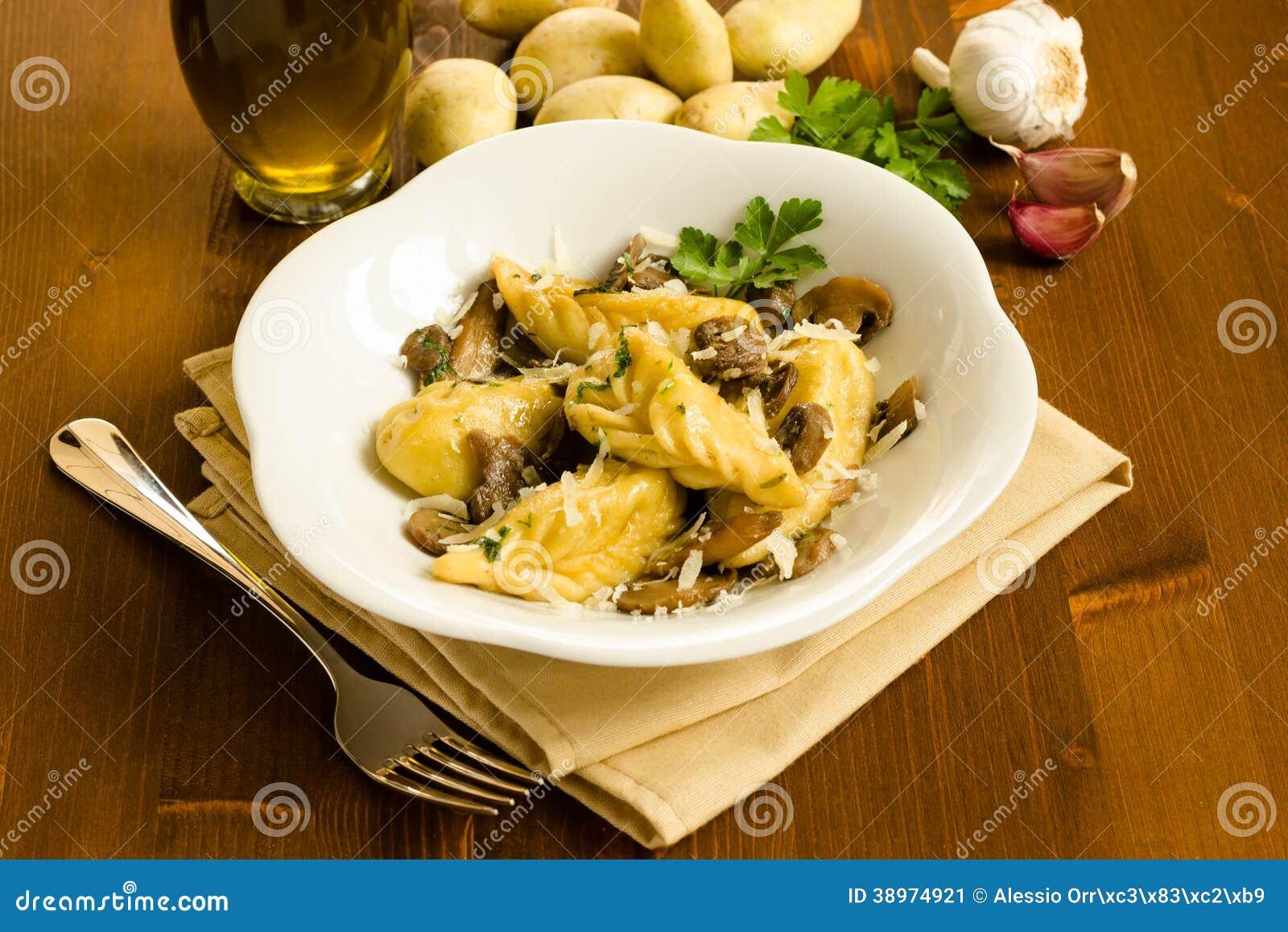 Culurgiones avec des champignons