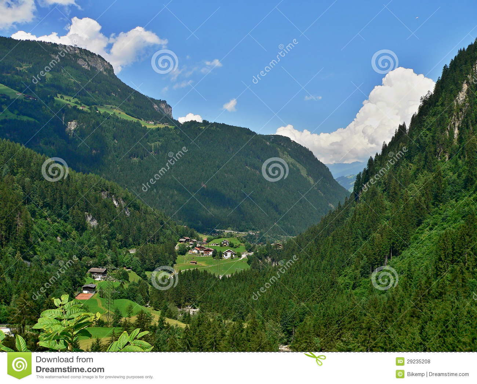 Download Cume-probabilidade Austríaca Ao Vale Foto de Stock - Imagem de montanhas, casa: 29235208