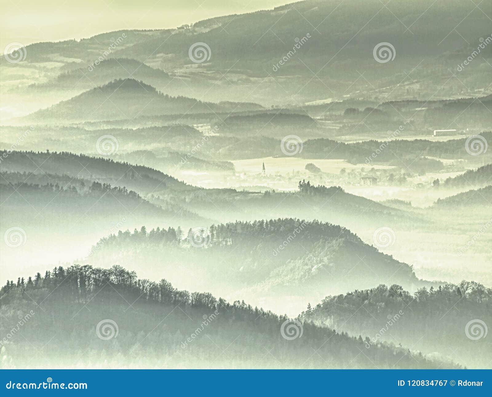 Cumes enevoados dos montes Montes verdes azuis com esboços macios, floresta,