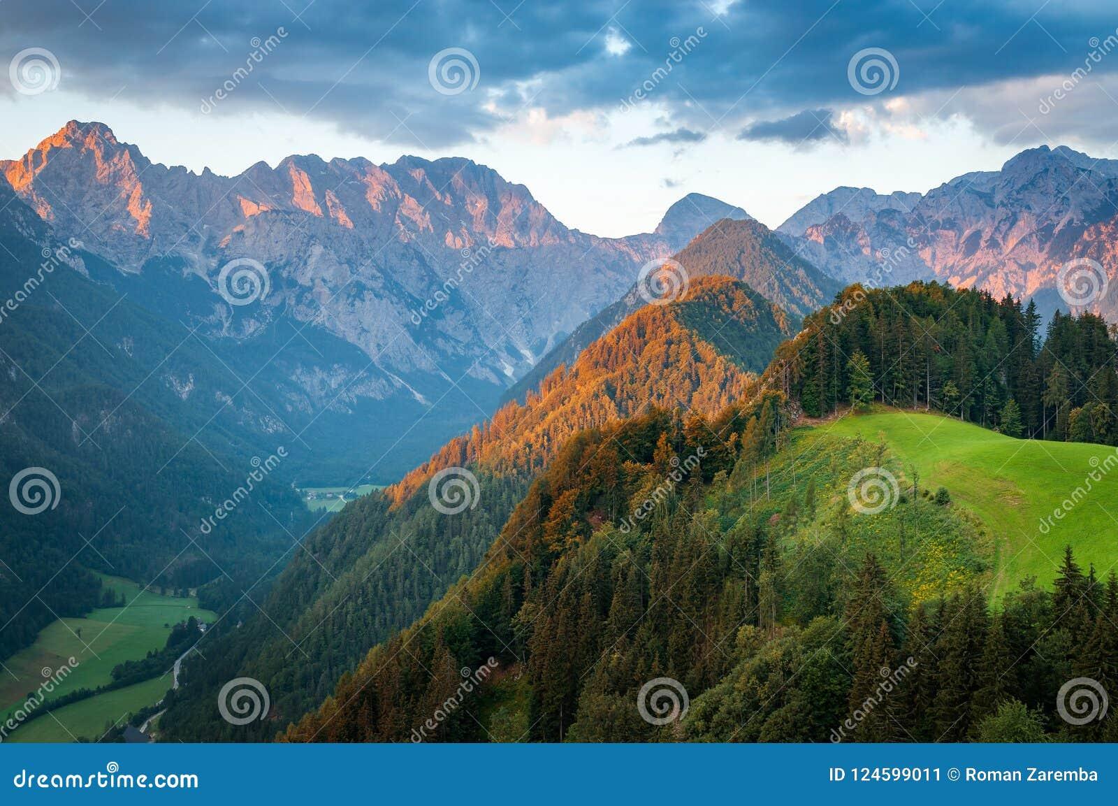 Cumes eslovenos no nascer do sol, vale de Logar