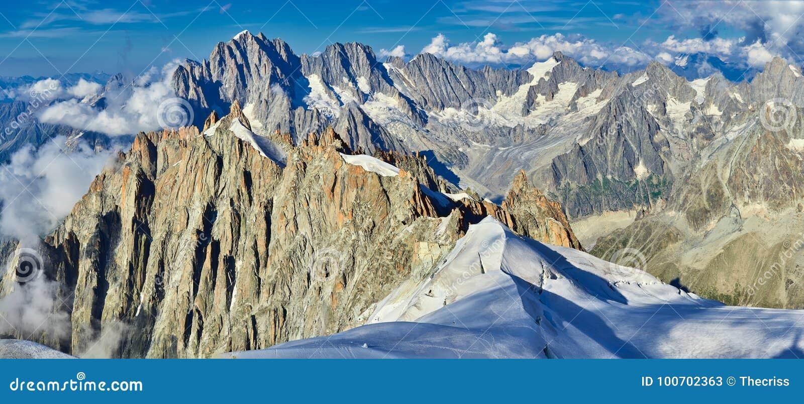 Cumes, Mont Blanc e geleiras franceses como visto de Aiguille du Midi, Chamonix, França