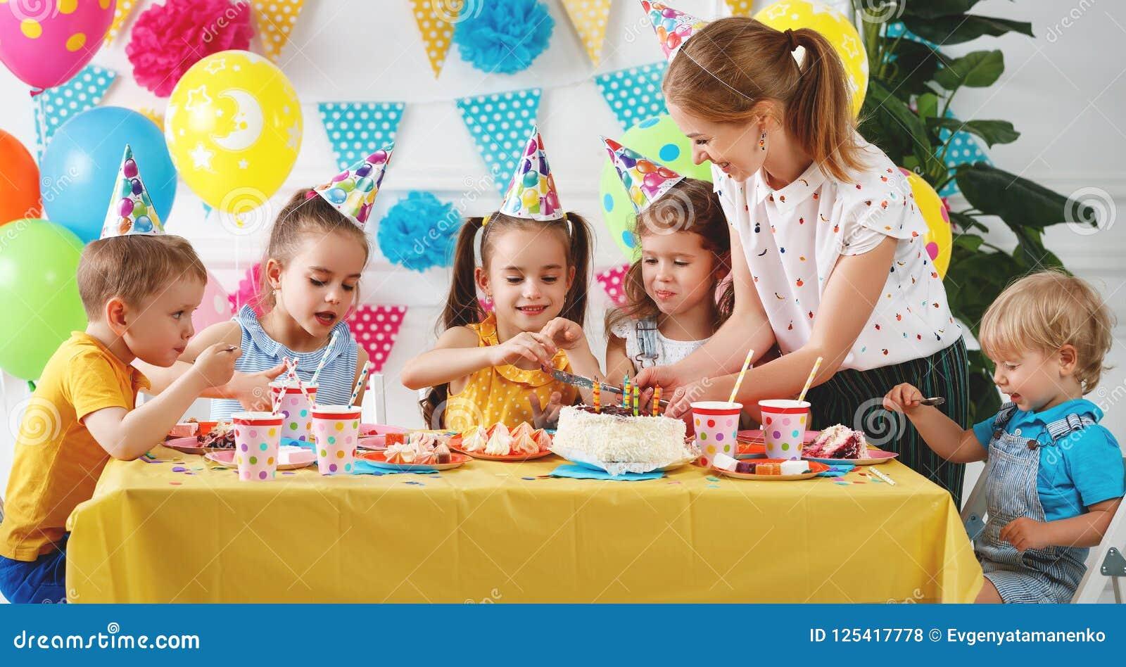 Cumpleaños del ` s de los niños niños felices con la torta