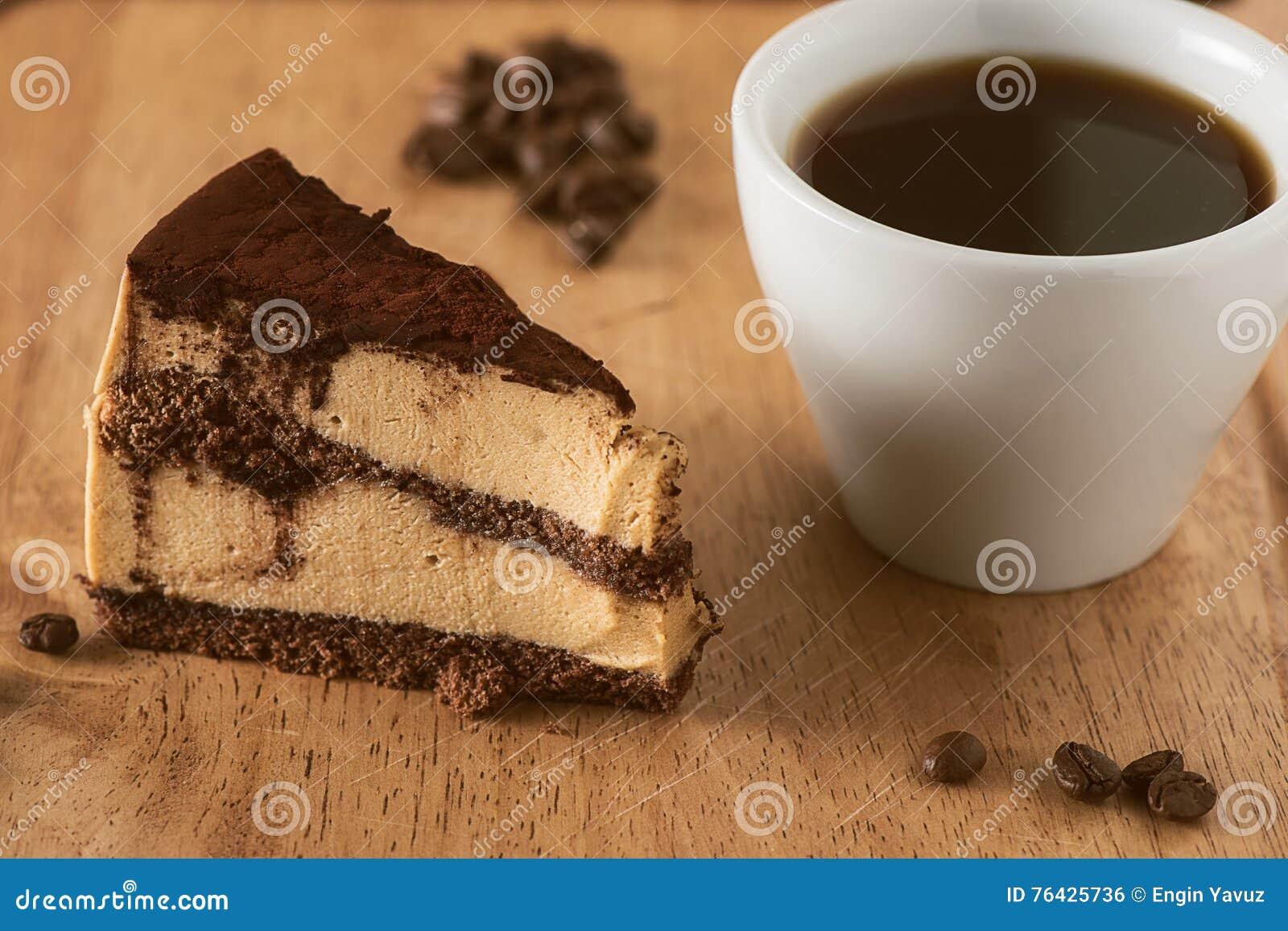 Cumpleaños o pastel de bodas con café