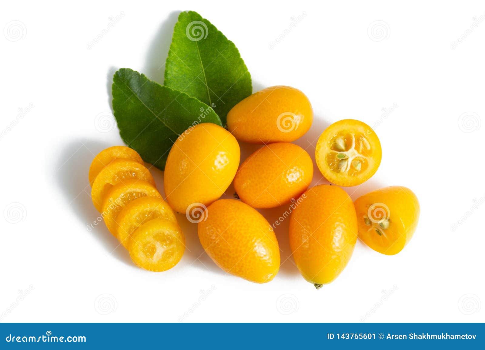 Cumquat o kumquat con la foglia isolata su fondo bianco Fine in su