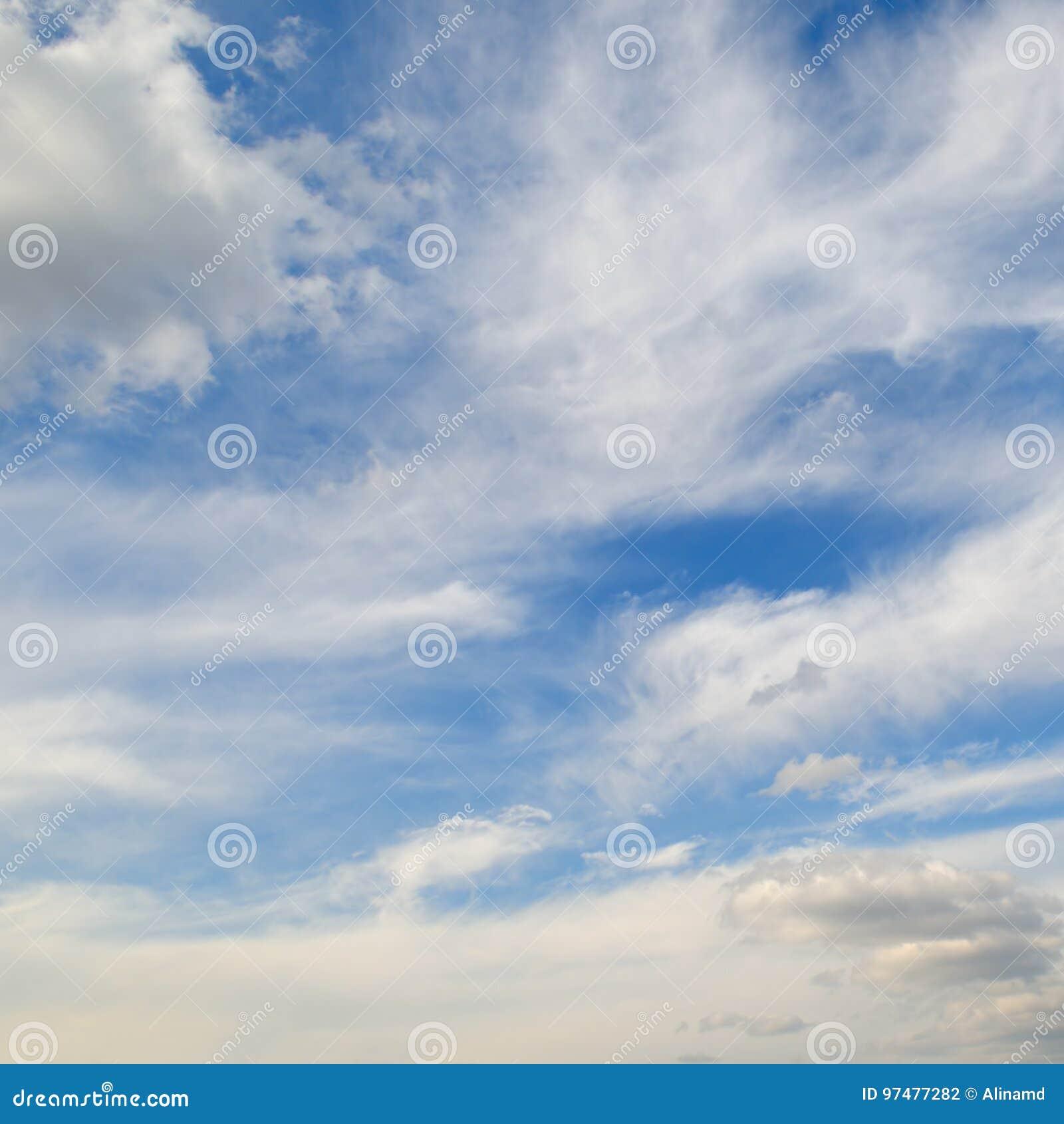 Cumuli nel cielo blu