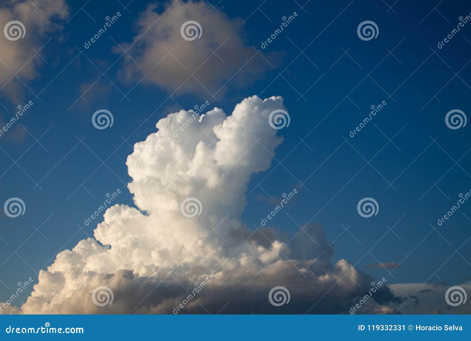 Cumulo nimbus enorme nel cielo