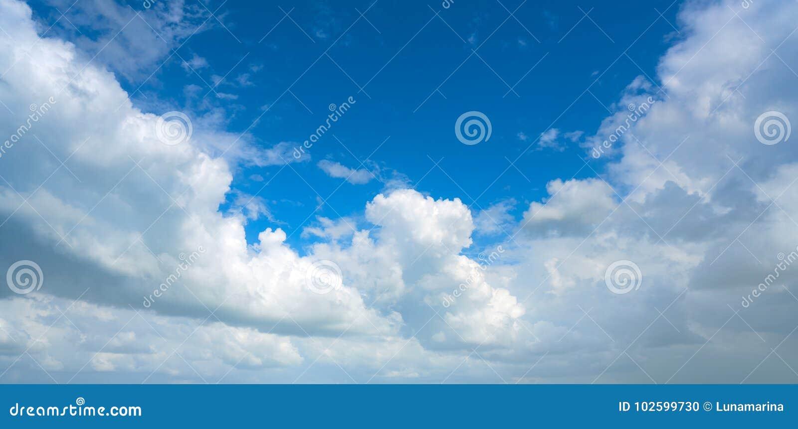 Cumulus blancs de ciel bleu d été