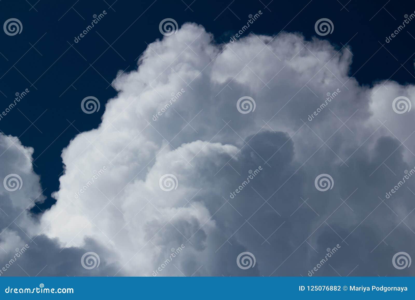 Cumulus blancs sur le ciel propre bleu-foncé