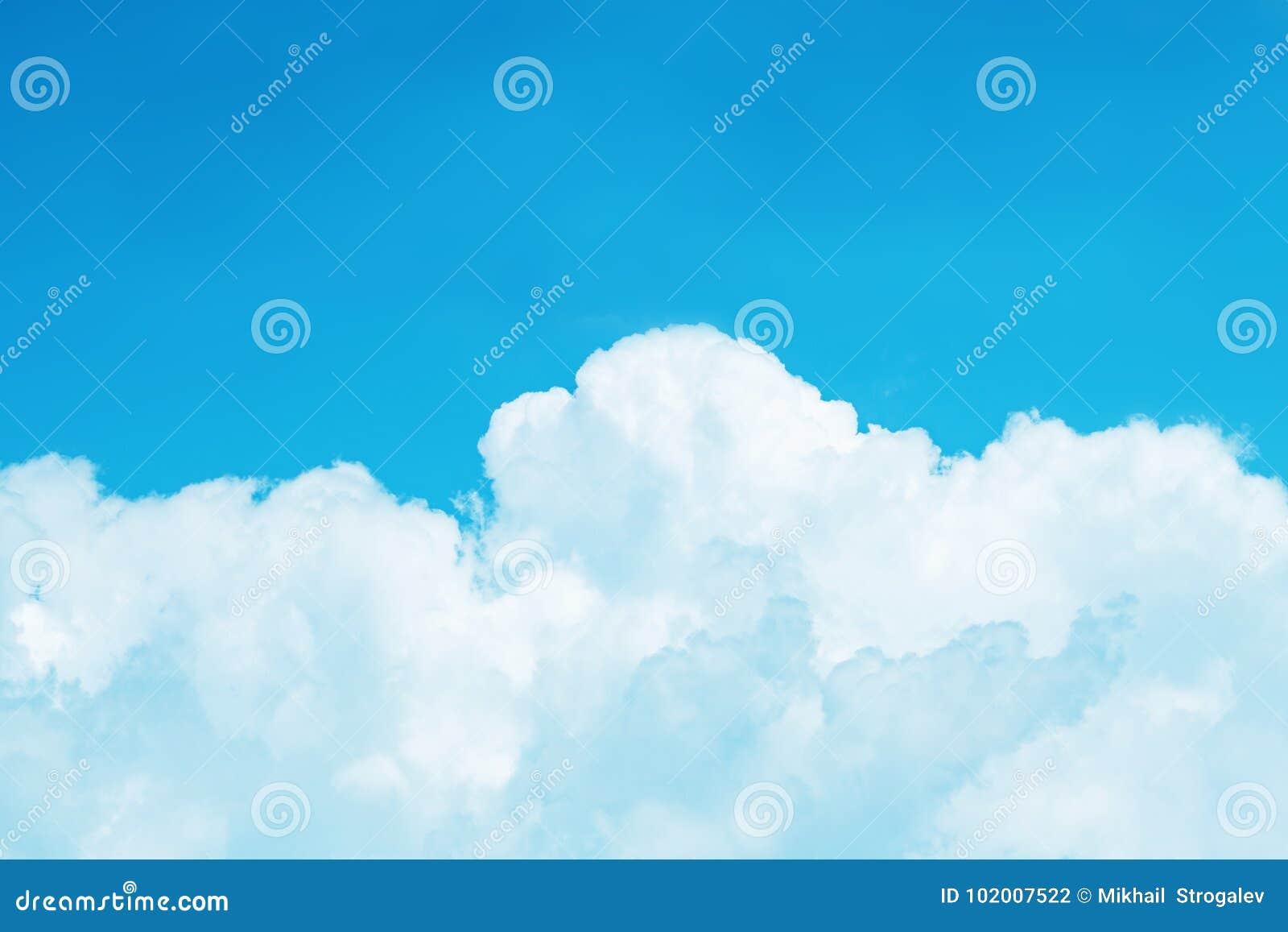 Cumulus blancs sur un fond azuré lumineux de ciel, tonne