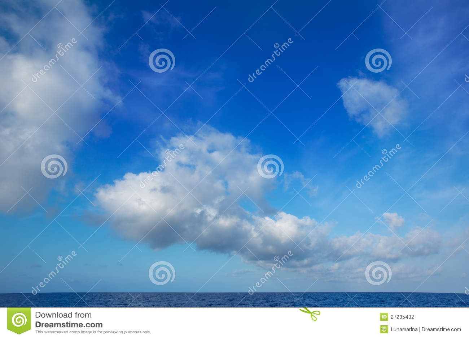 Cumulus chmury w niebieskim niebie nad wodnym horyzontem