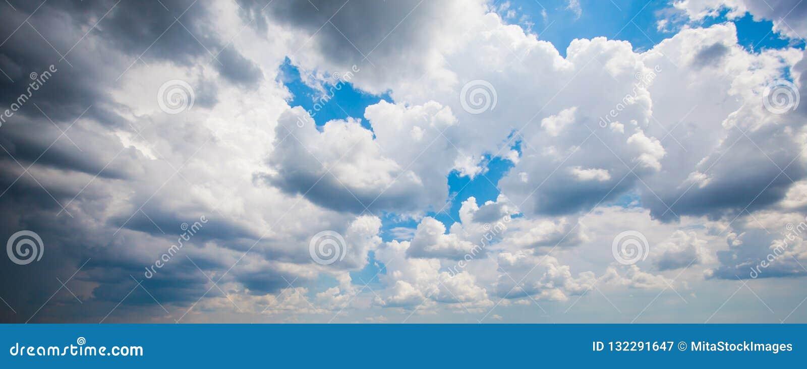 Cumulus contre le ciel bleu