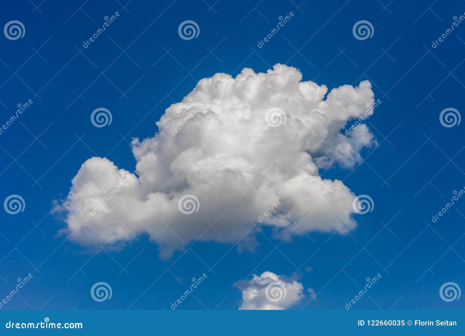 Cumulus contre un ciel bleu lumineux