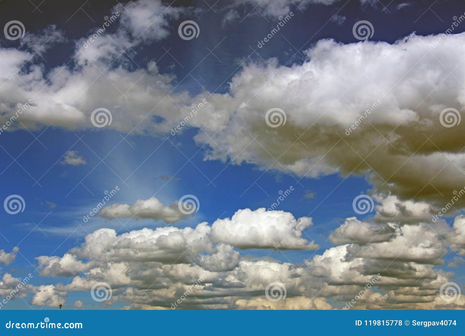 Cumulus dans le ciel bleu