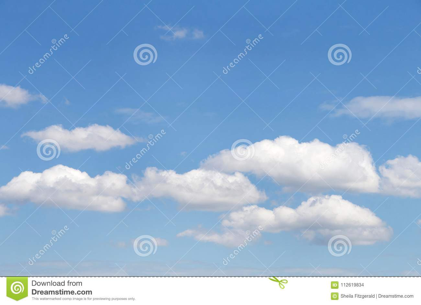Cumulus de cloudscape de fond contre un ciel bleu