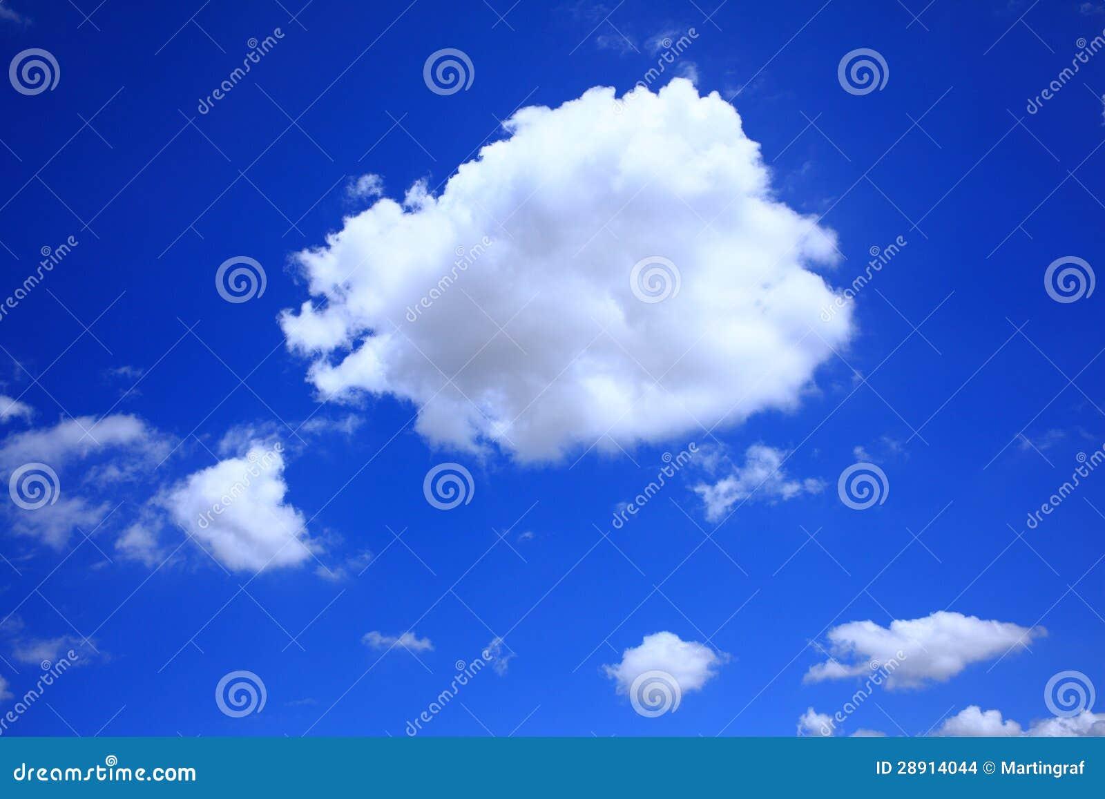Cumulus en ciel bleu-foncé