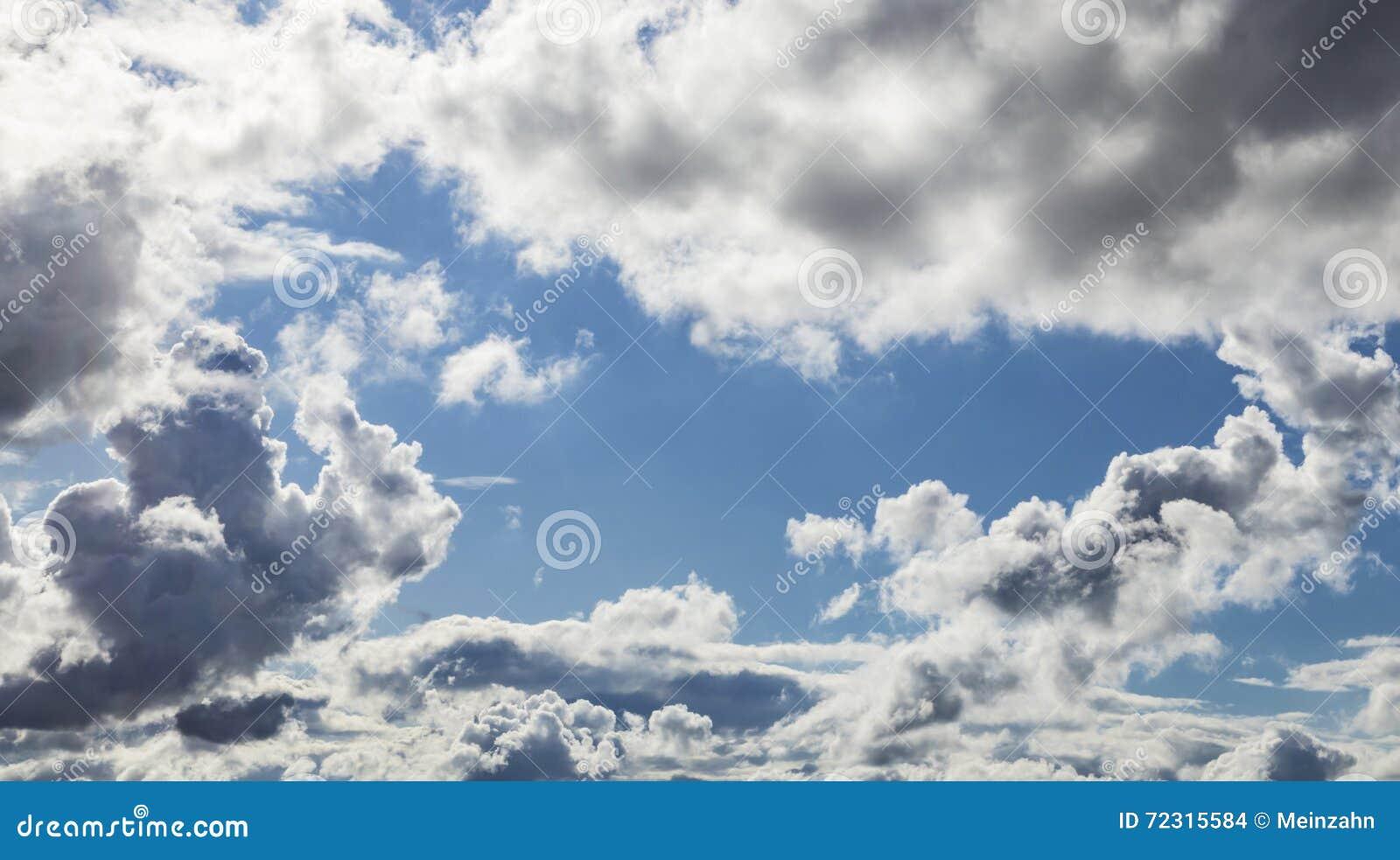 Cumulus et ciel bleu de Grey Storm Clouds Gathering On