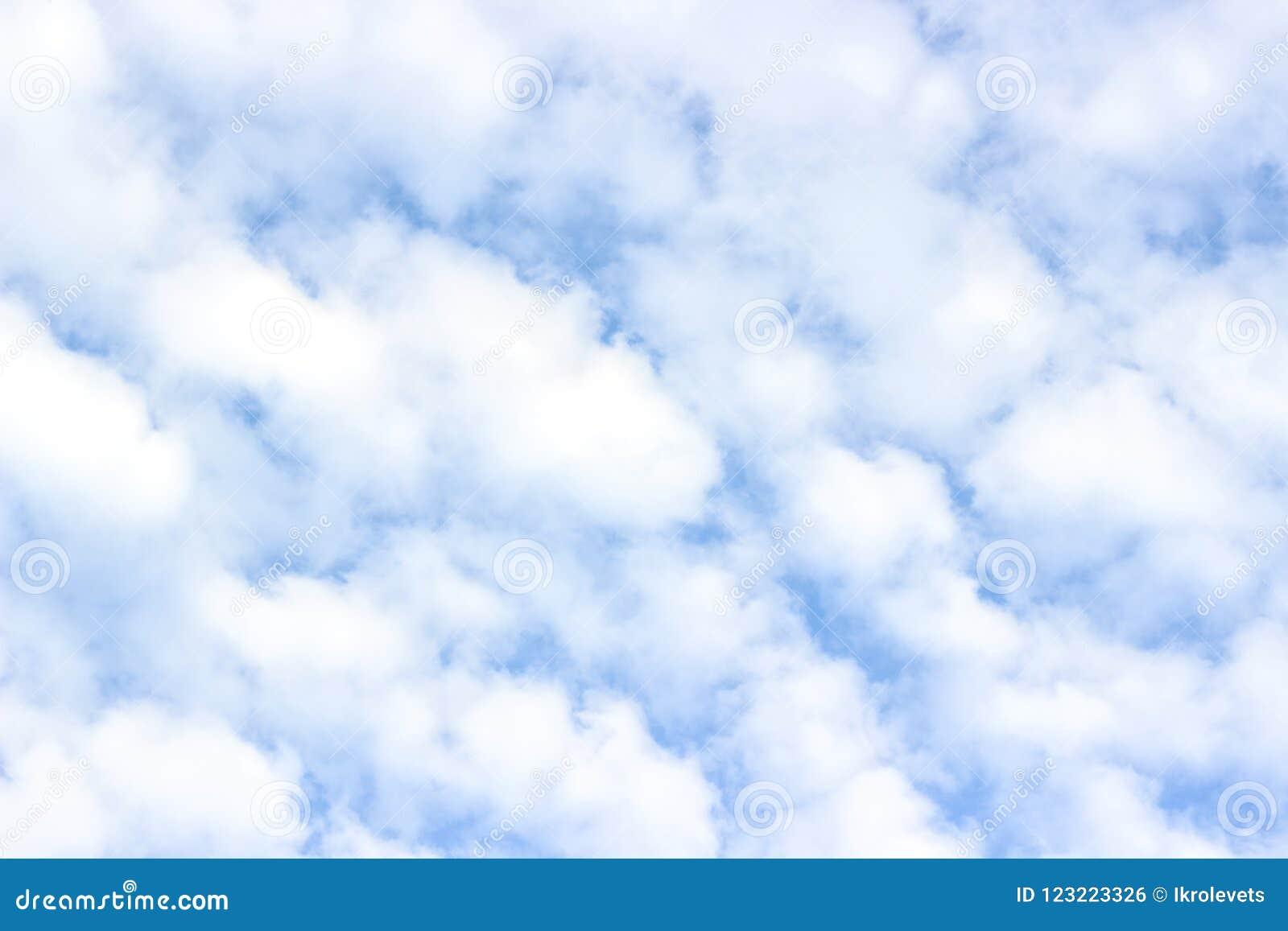 Cumulus pelucheux blancs, ciel bleu