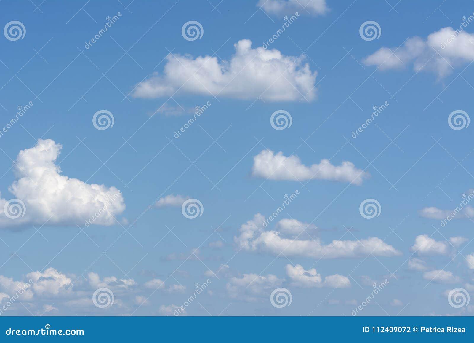 Cumulus pelucheux panorama de ciel bleu, nuage de ciel