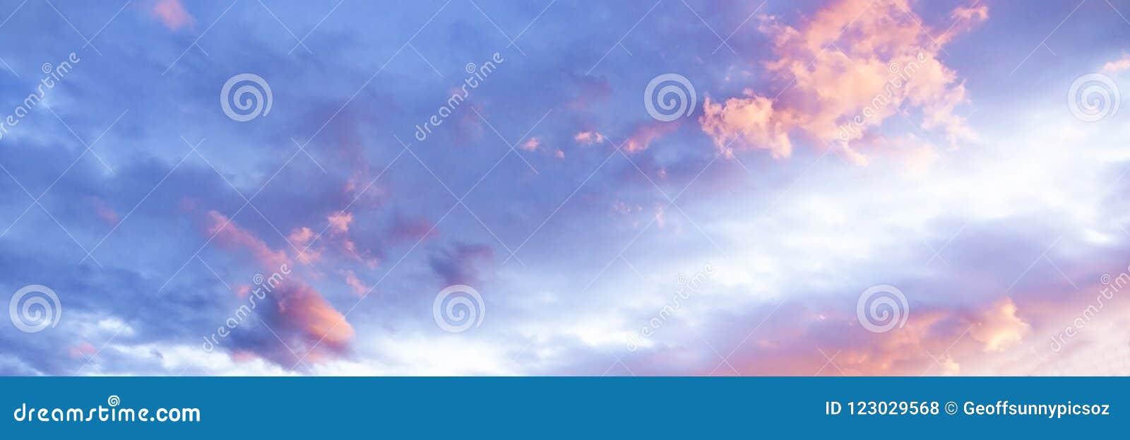 Cumulus rose et blanc magnifique en ciel bleu l australie