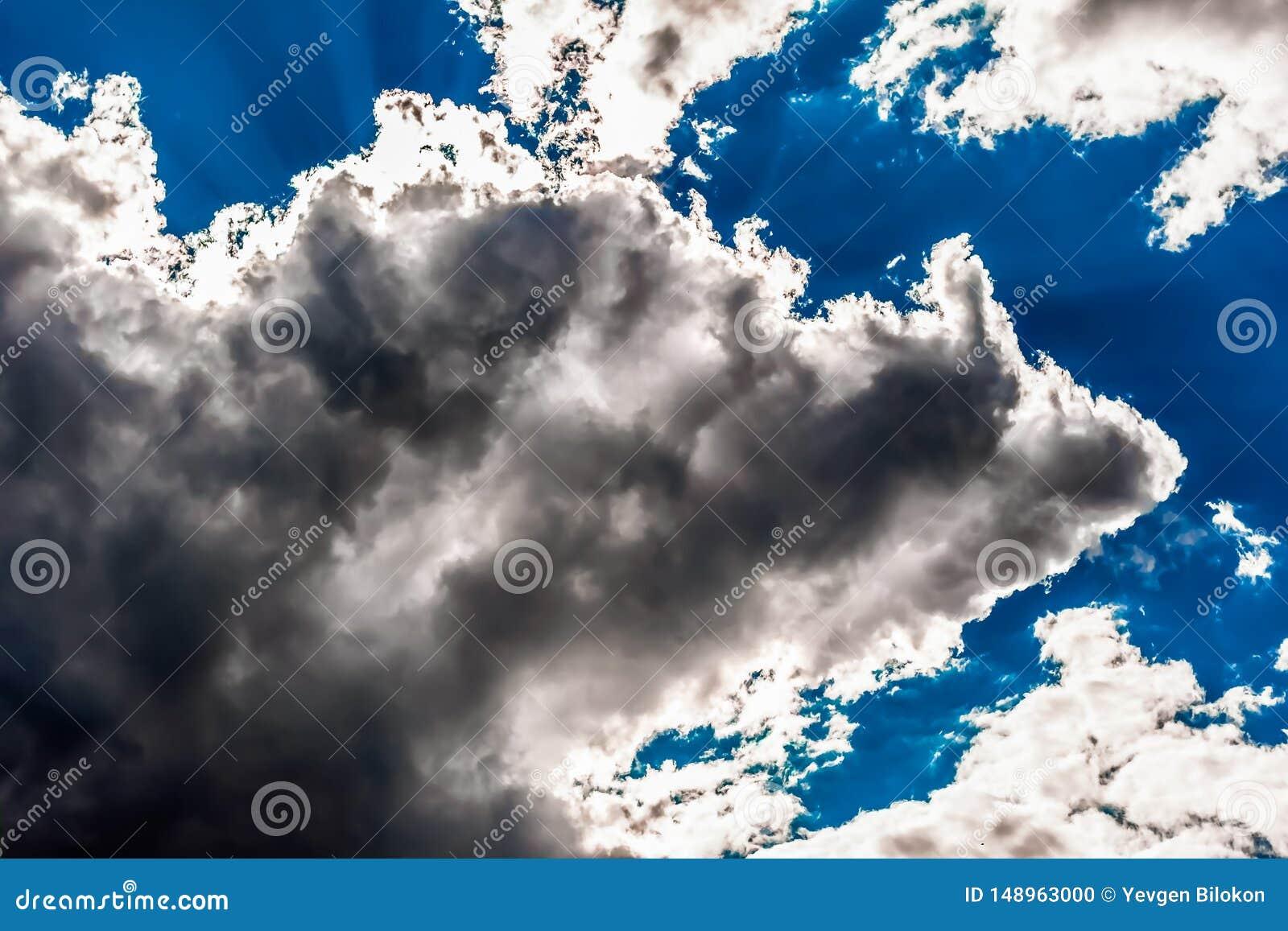 Cumuluswolken in de blauwe hemel