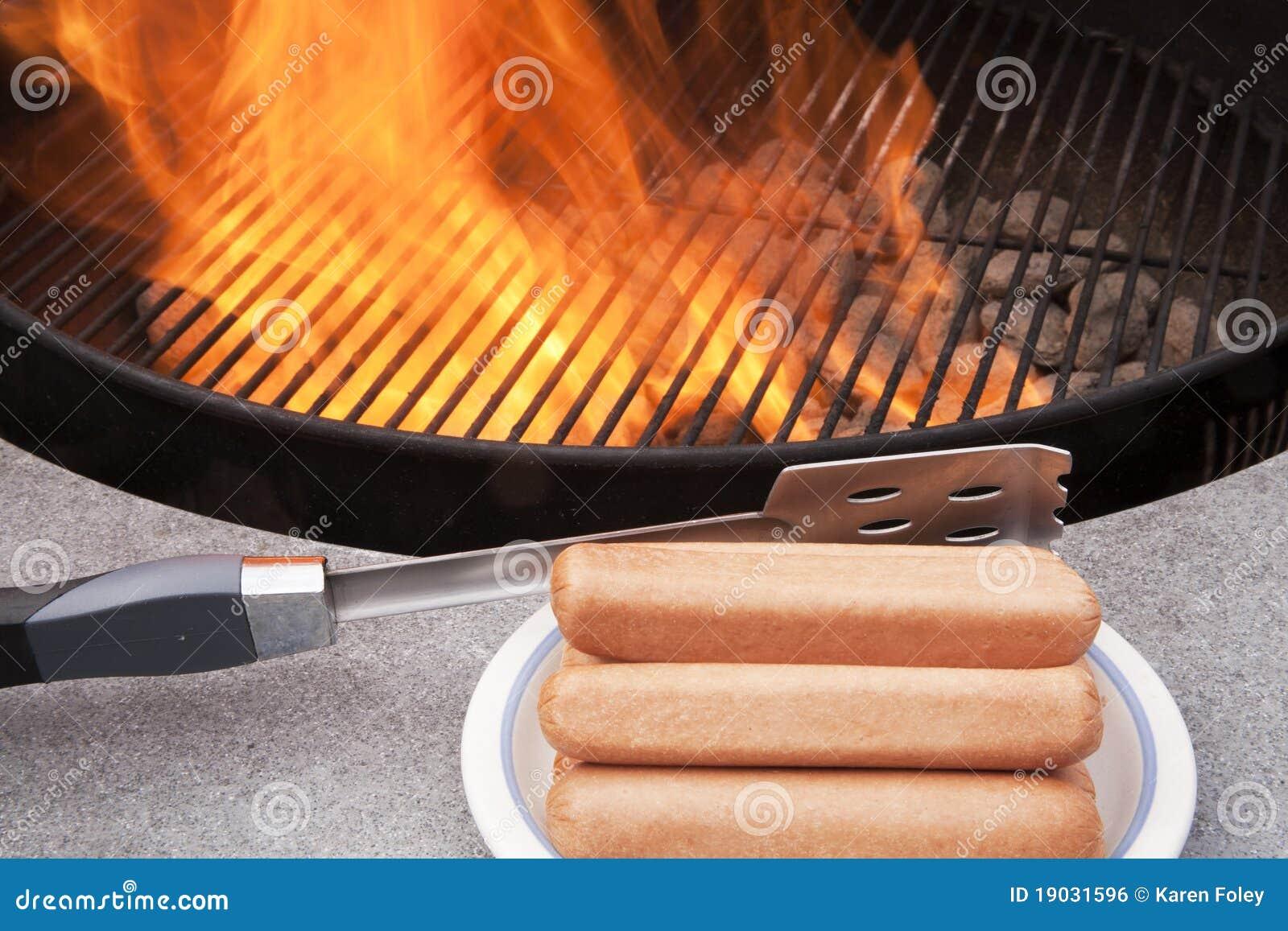 Cuocere i hot dog alla griglia fotografia stock immagine for Cucinare hot dog