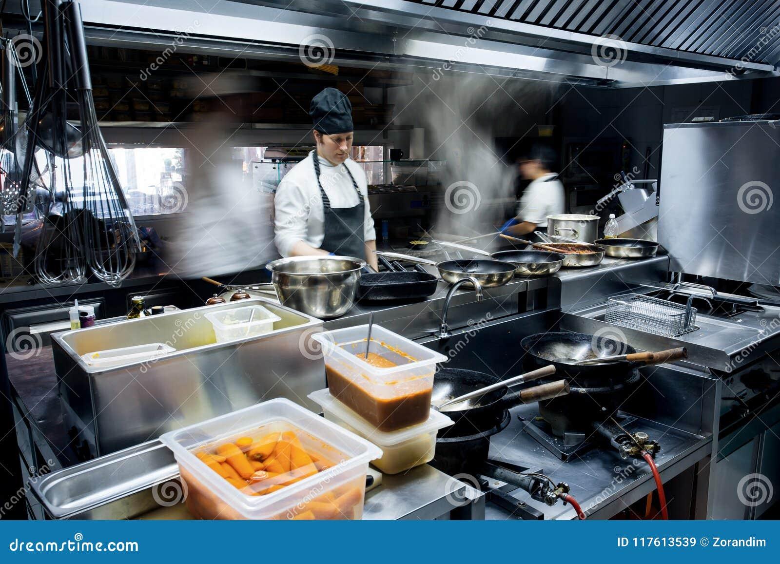 Cuochi unici di moto di una cucina del ristorante