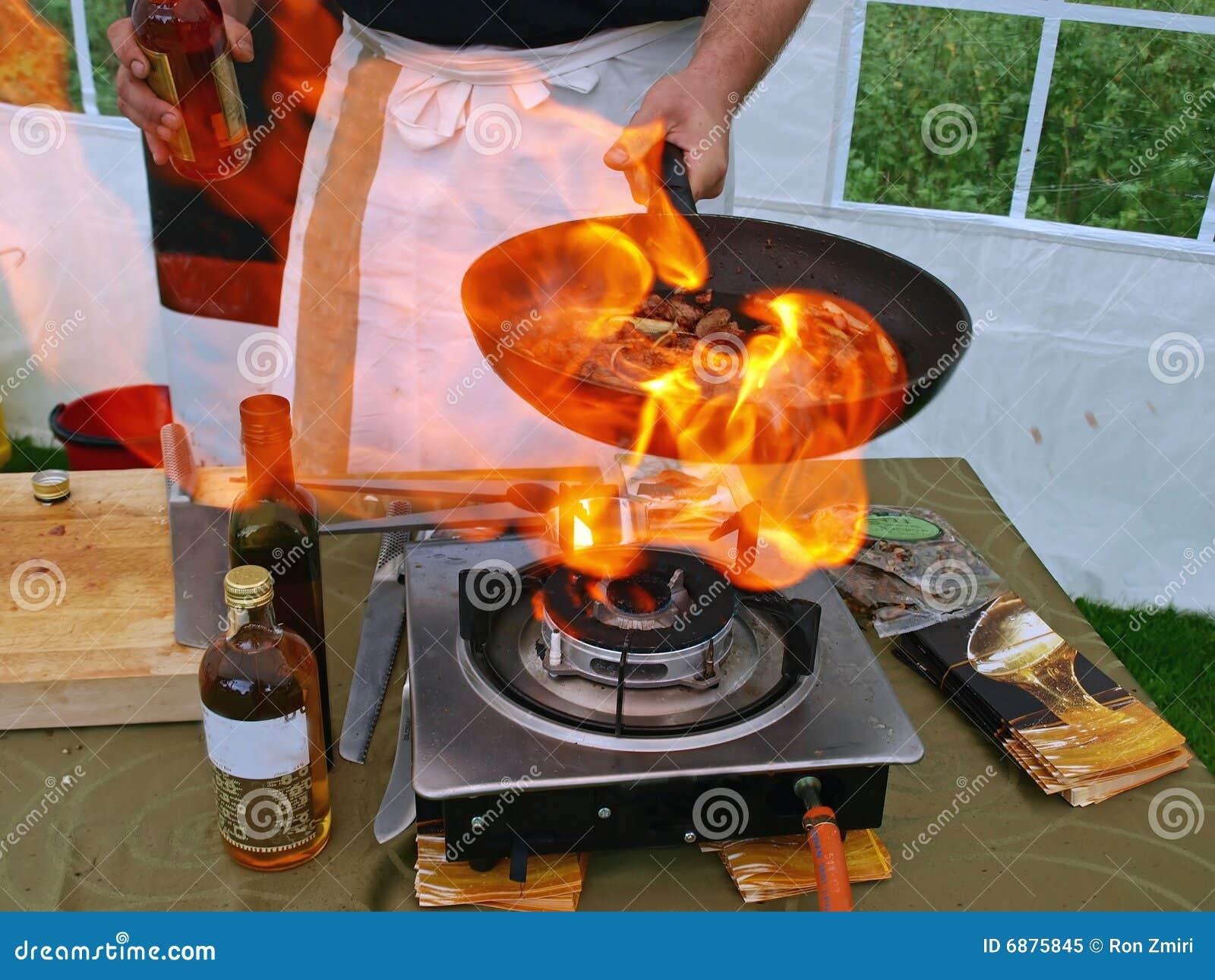 cuoco di flambe in fiamme fotografia stock libera da diritti ... - Cucina Flambè