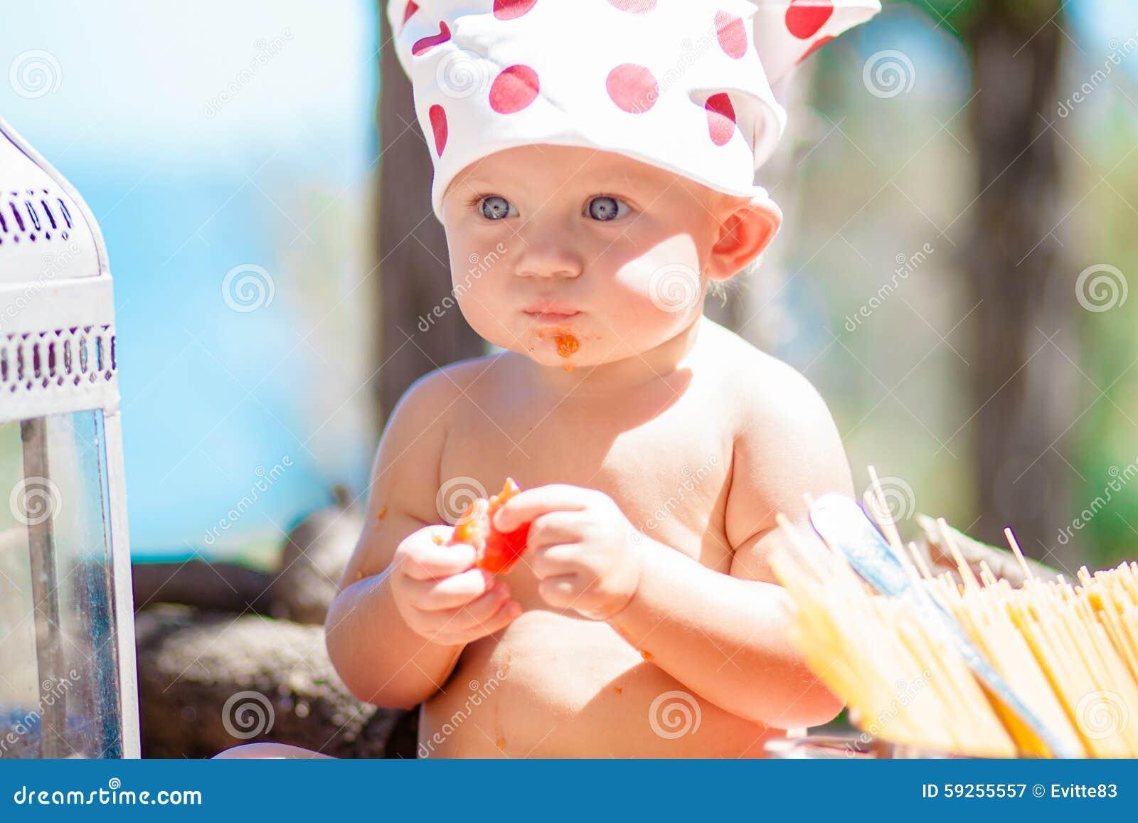 Cuoco felice dei bambini bambini divertenti che giocano for Piccole planimetrie a concetto aperto
