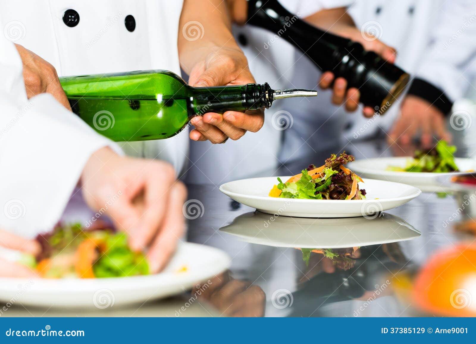 Cuoco unico asiatico nella cottura della cucina del ristorante