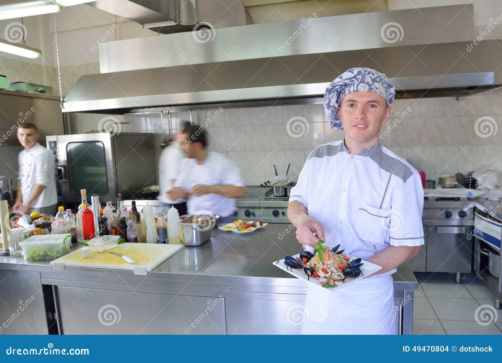 Cuoco unico che prepara alimento